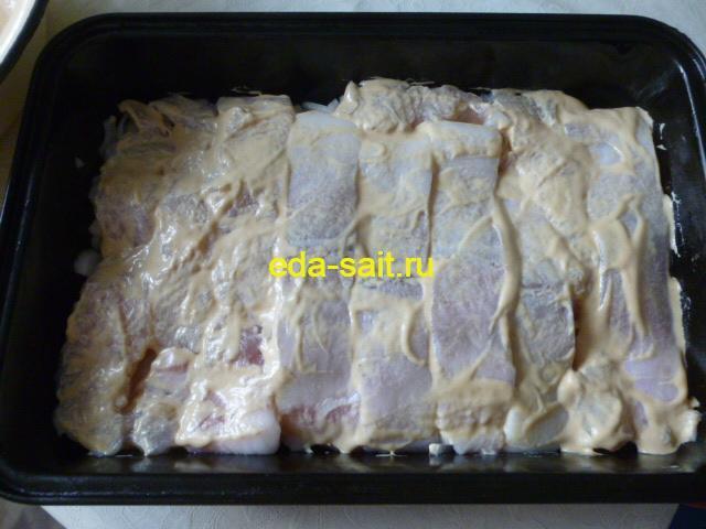 Смазываем филе рыбы майонезом и горчицей