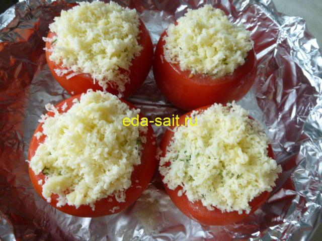Посыпать помидоры твердым сыром