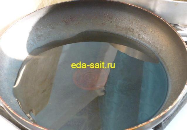 В сковороду налить масло