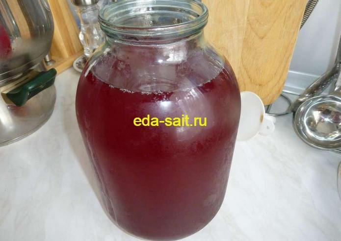 Перелить вишневый ликер в графин или банку
