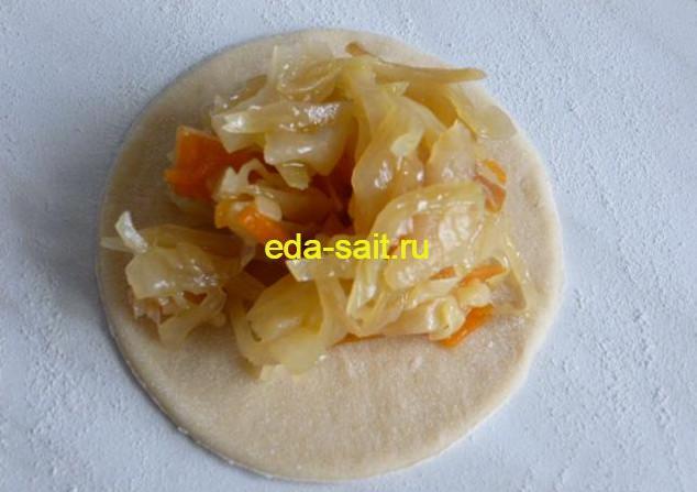 Выкладываем на кружок капустную начинку