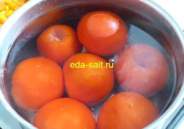 Опускаем помидоры в кипяток