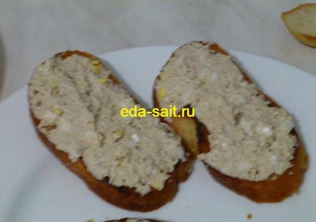 Сформировать бутерброды с творогом и яйцами