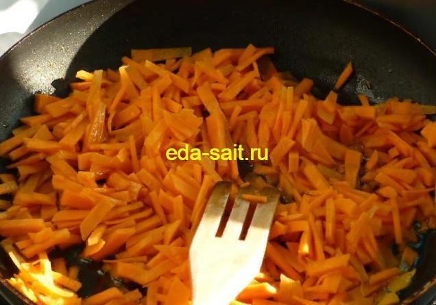 Обжарить морковь для перловой каши