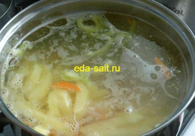Суп с куриной грудкой и овощами закладка продуктов