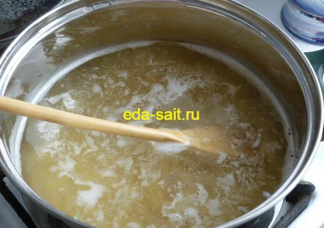 Закладываем макаронные изделия в кипящую воду