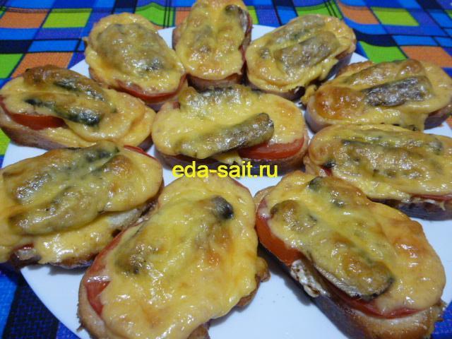 Бутерброды со шпротами и помидорами
