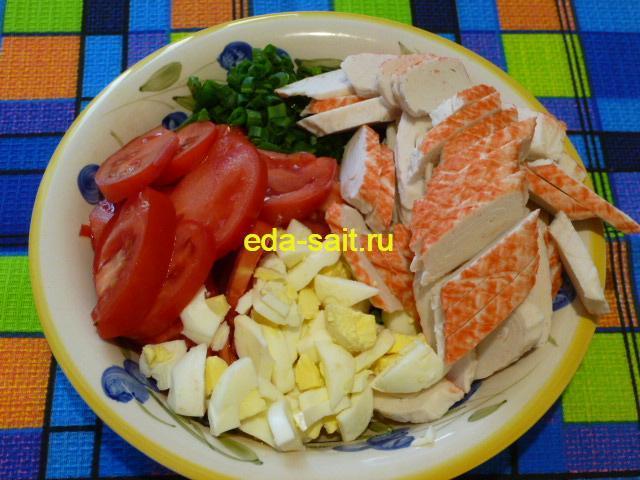 Салат из крабовых палочек, помидоров и яиц