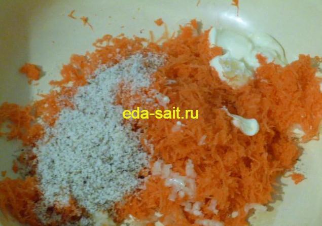 Добавить к моркови, чесноку и орехам сметану