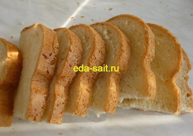 Нарезать хлеб для бутербродов с яичным паштетом