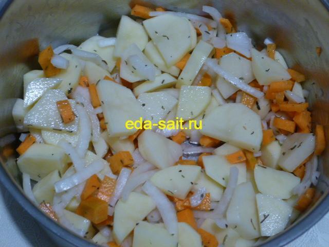 Нарезать картошку, лук и морковь