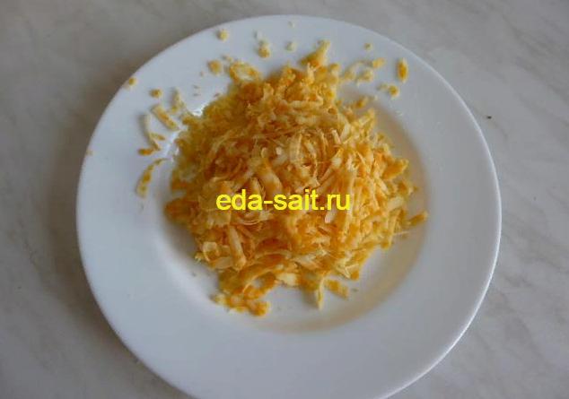 Натереть твердый сыр для лукового супа