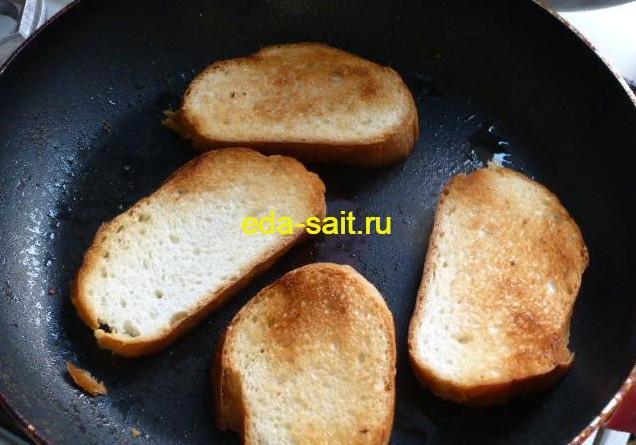 Обжарить батон или хлеб для бутербродов