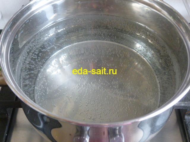 Поставить воду на плиту для отваривания макарон