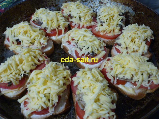 Бутерброды со шпротами и помидорами посыпать сыром