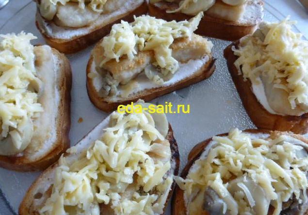 Посыпать бутерброды с жареной рыбой сыром
