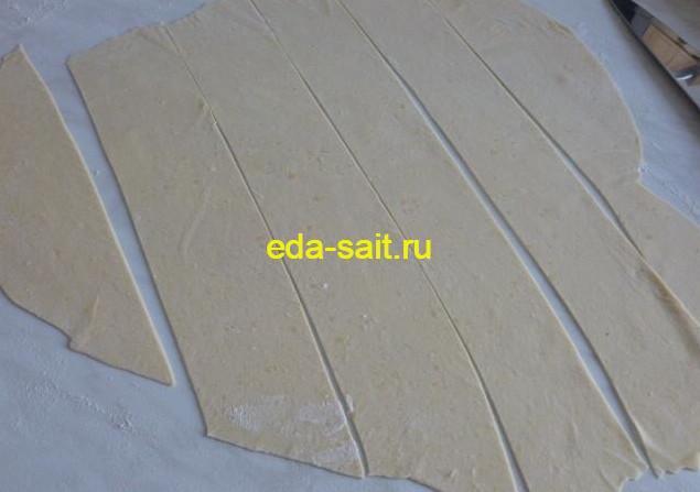 Раскатываем и нарезаем тесто на полоски
