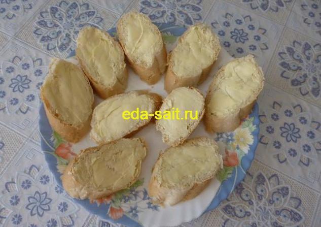Намазать багет сливочным маслом