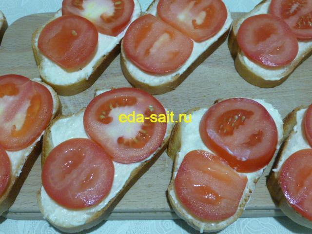 Выложить на батон кружки помидоров