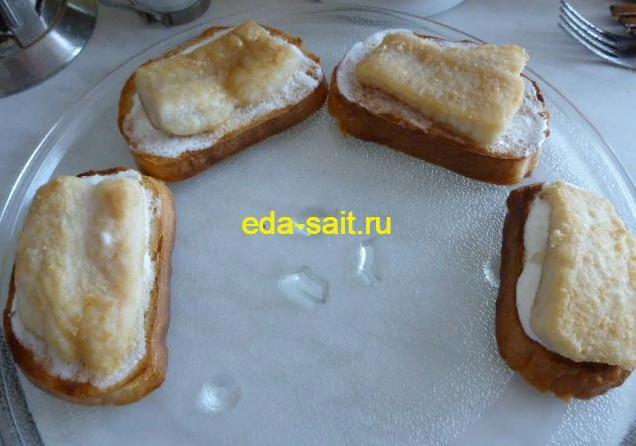Выложить на бутерброды жареную рыбу