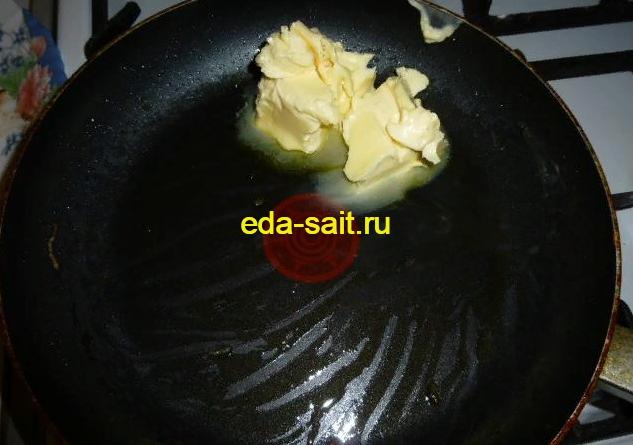 Выложить сливочное масло в сковороду