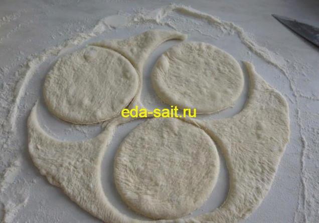 Вырезаем кружки для пирожков с вишней