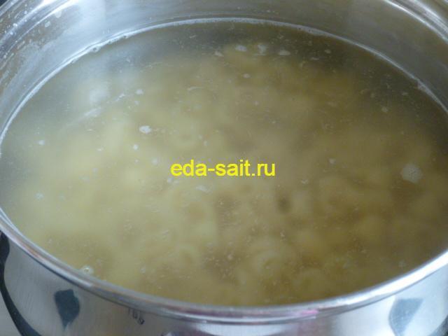 Выложить макароны в кипящую воду