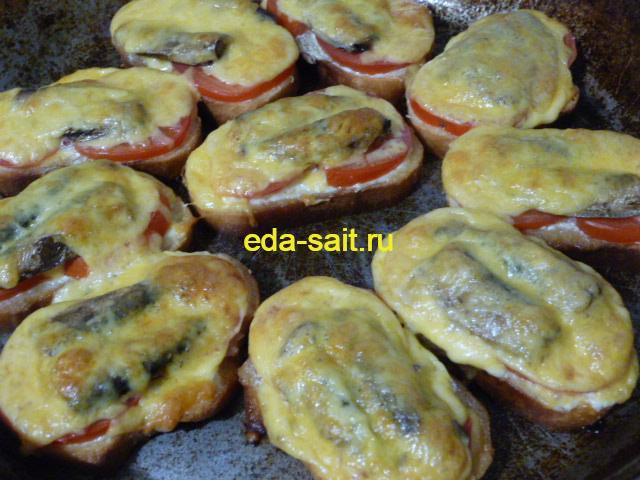 Запеченные бутерброды со шпротами и помидорами