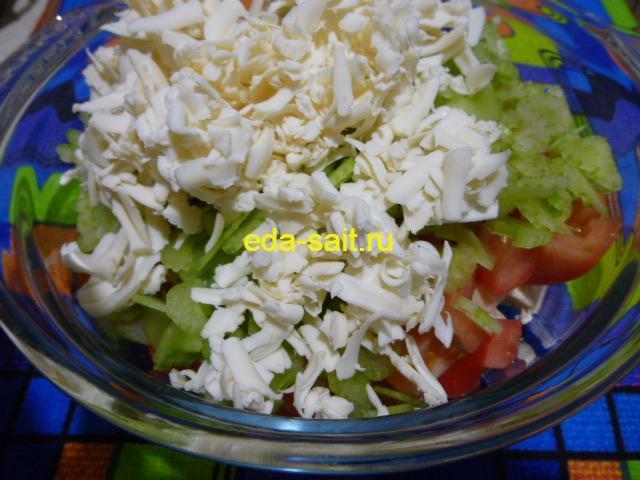 Добавить в салат с куриной грудкой плавленый сырок