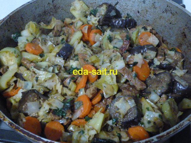Говядина тушеная с овощами в казане
