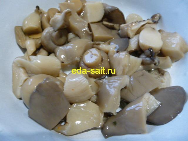 Нарезать грибы кусочками