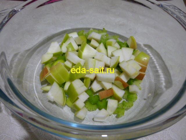 Нарезать яблоко в салат из овощей