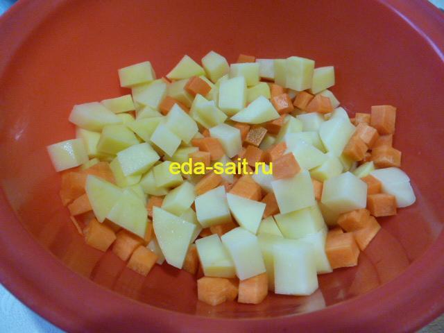 Нарезать картошку и морковь в щи из свежей капусты