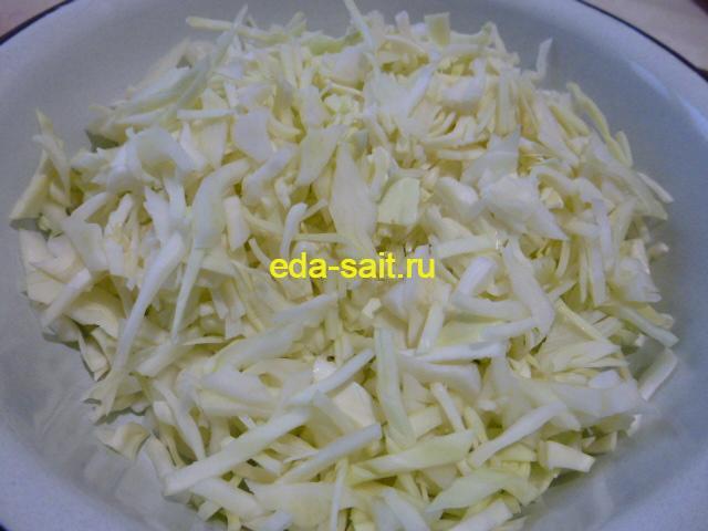 Нарезать свежую капусту для щей
