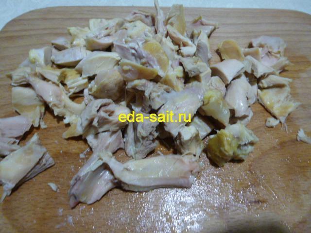 Нарезать куриное мясо кусочками в щи из свежей капусты