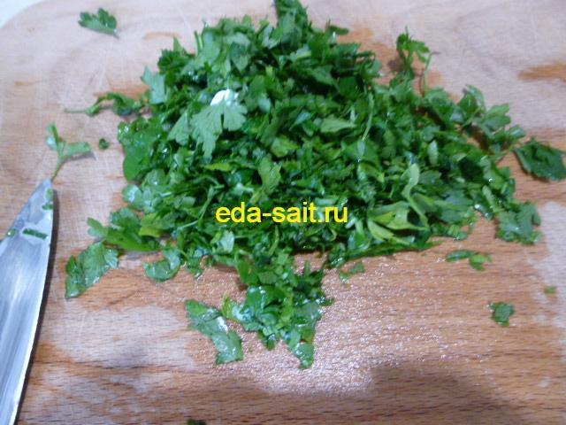 Нарезать зелень для супа с брынзой