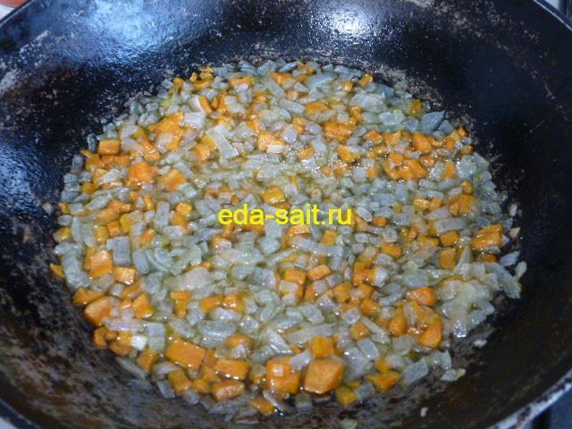 Обжаренные лук и морковь для супа с брынзой