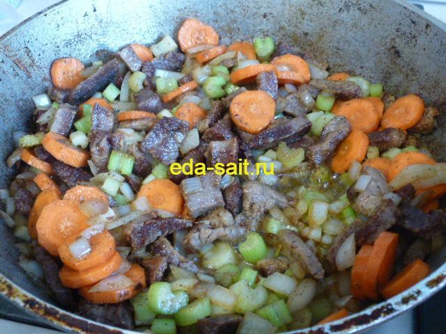 Обжарить говядину с овощами