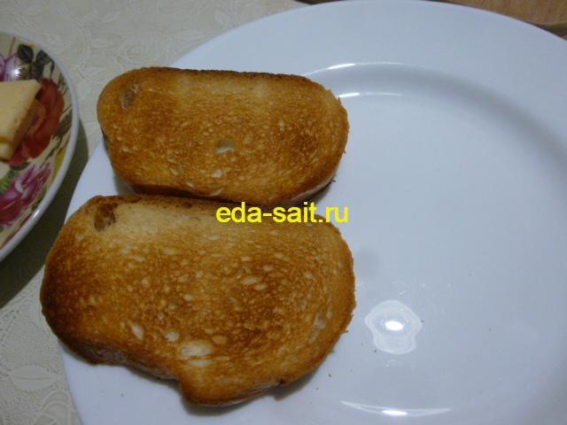 Обжарить батон в тостере или на сковороде