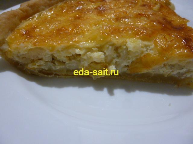 Луковый пирог с сыром в разрезе