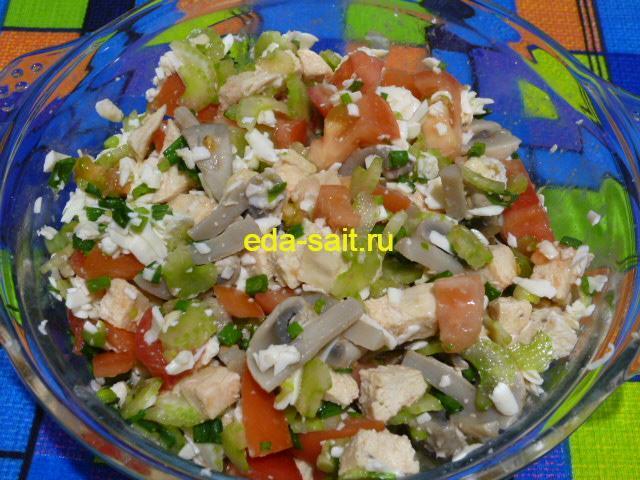 Посолить и перемешать салат с куриной грудкой