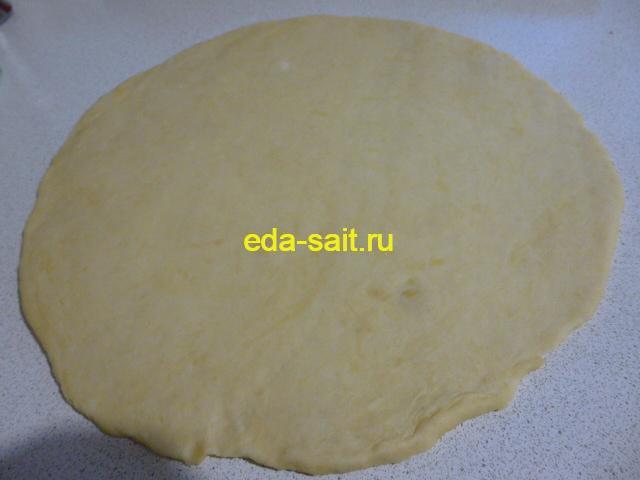Раскатать тесто для лукового пирога в пласт