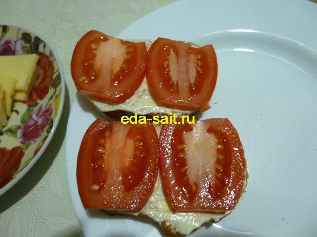 Смазать батон майонезом и выложить помидоры