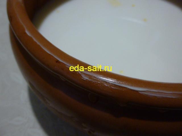 Смазать края горшка сливочным маслом