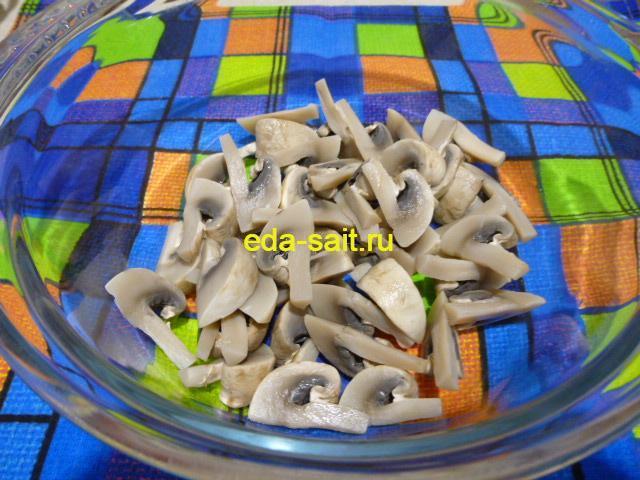 Выложить грибы в салатник