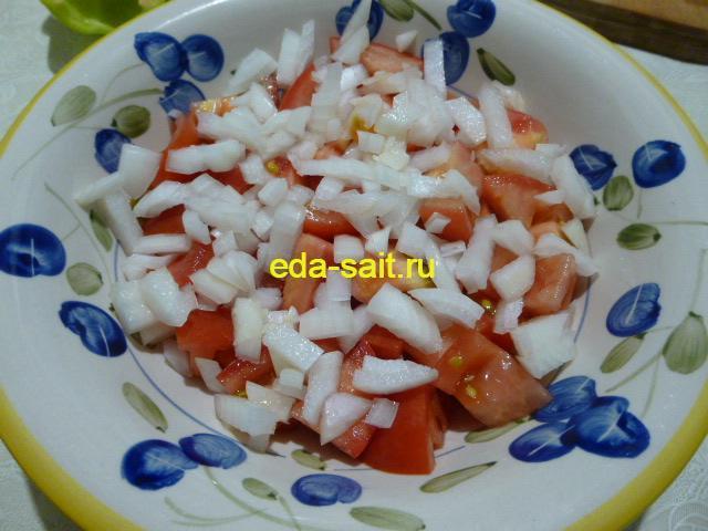 Вторым слоем выложить лук репчатый в салат