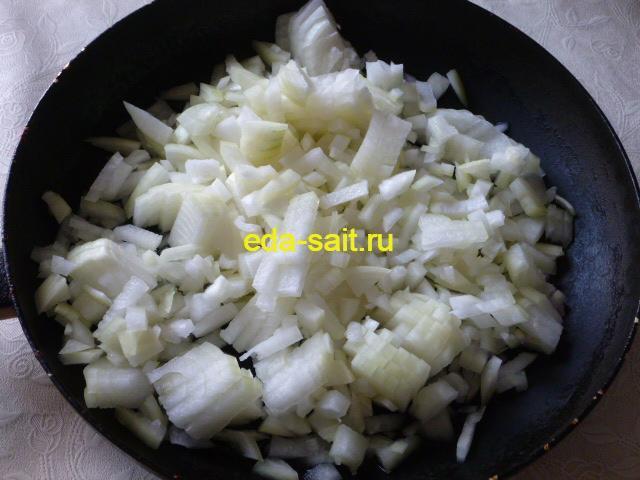 Выложить лук в сковороду с маслом
