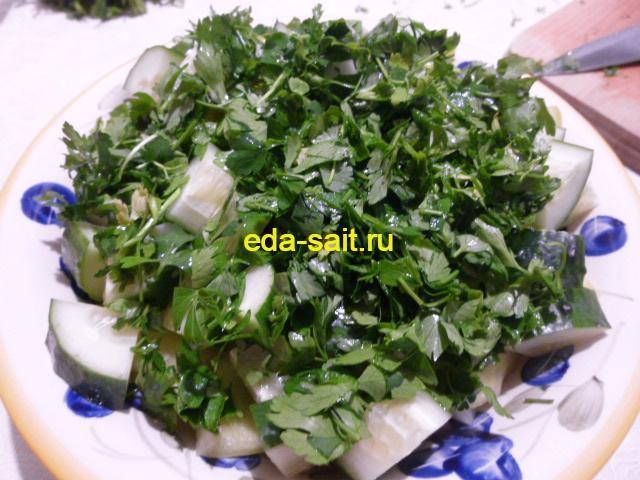 Посыпать болгарский шопский салат петрушкой