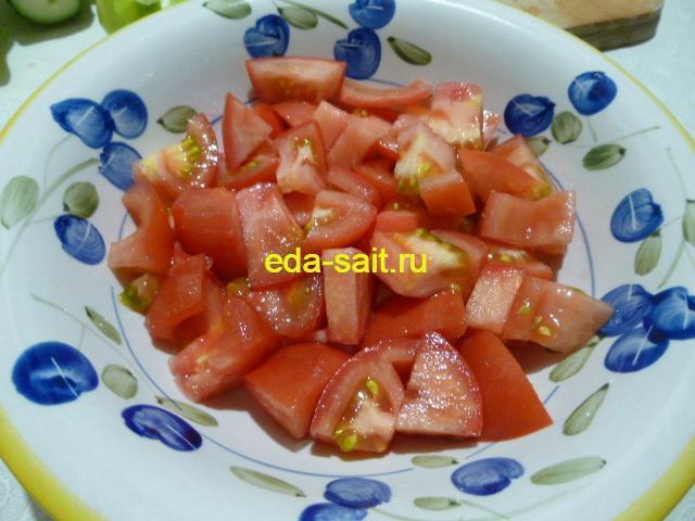 Первым слоем выложить помидоры