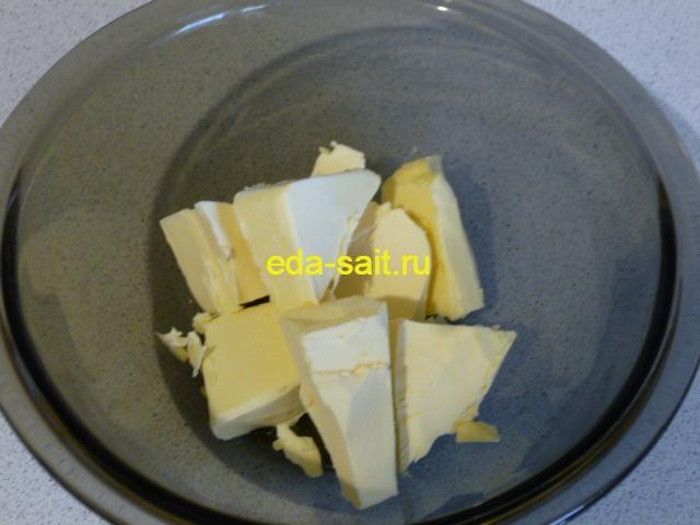 Нарезать сливочное масло кусочками